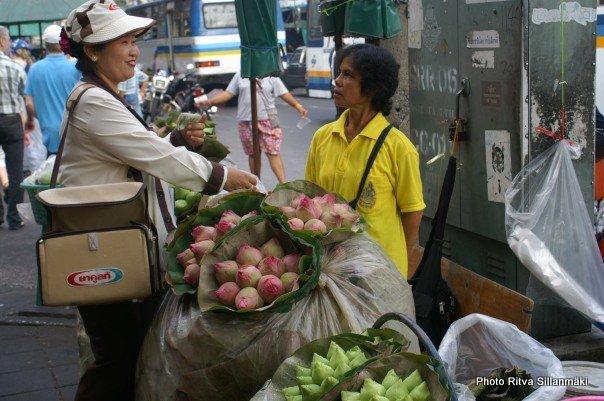 1-woman shopping